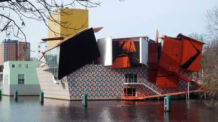Het Coop Himmelb(l)au paviljoen van het Groninger Museum waar de expositie David Bowie Is te zien is.