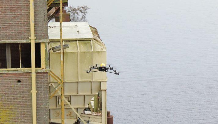 Drone maakt meet-data van lastig bereikbare geveldelen boven het water